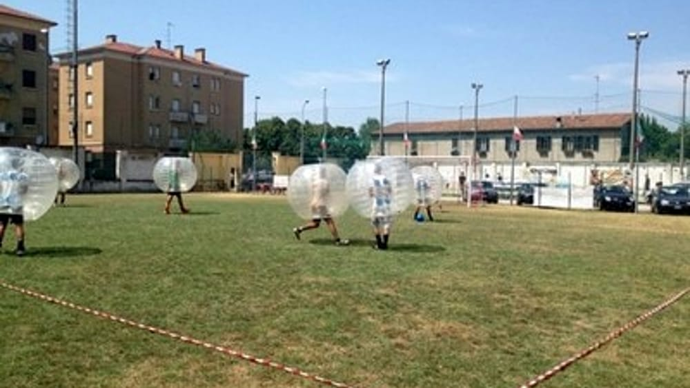 Calcio - A Piacenza impazza il Bubble Football. Video - 2