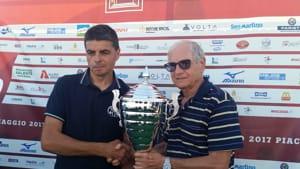 Giacomo Gallarati consegna il trofeo ai Bipedi-2