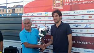 Mattia consegna il trofeo al gruppo Casalese-2