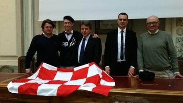 In alto, la consegna della bandiera ai due capitani. In mezzo, la foto con i tecnici della squadra femminile e, qui sopra, quella con gli allenatori delle formazioni maschili