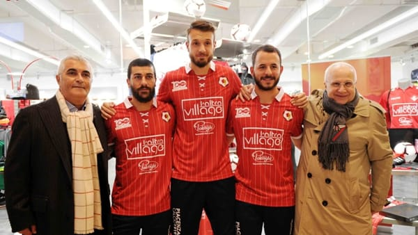 Piacenza - Rossa gessata bianco, il vecchio simbolo e il confanetto: la maglia del Centenario è un successo